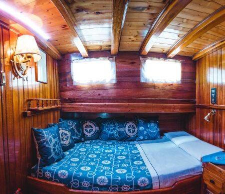 Vano cabina 2_800 noleggio barca a vela eolie